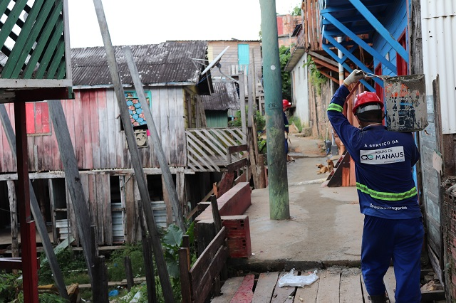 Novas redes de abastecimento garantem água tratada para 1.200 moradores de palafitas na orla de Educandos
